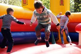 Діти стрибають в Ямполі на атракціоні